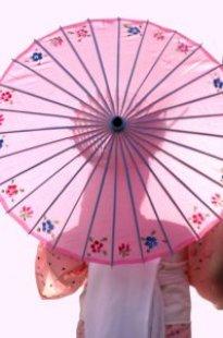 Donna con ombrello sole